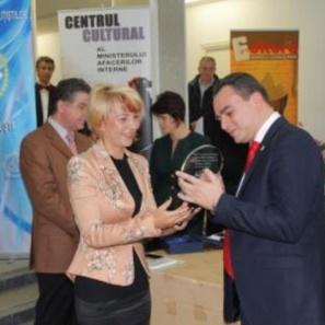 """Premiul """"Romanul poliţist al anului"""", pentru o carte scrisă de o poliţistă din Ploieşti"""