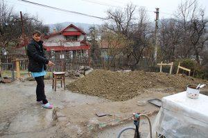 Mamă, fiică și nepoată, din Comarnic, luptă să-și construiască o nouă locuință! Pe cea veche le-a mistuit-o focul înainte de Sărbătorile de iarnă…