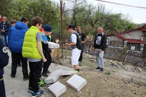 Munca în echipă! 26 de elevi câmpineni pun încă o cărămidă la noua casă a unei familii din Comarnic