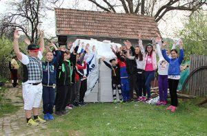 """Lecție de omenie! 26 de elevi câmpineni de la Școala """"B.P. Hasdeu"""" au pus piatra de temelie a casei unei familii din Comarnic, rămasă fără nimic în urma unui incendiu!"""