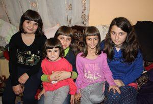 Cinci fete din Vâlcănești, orfane de mamă, au nevoie de noi pentru A VISA, A SPERA, A CREDE!